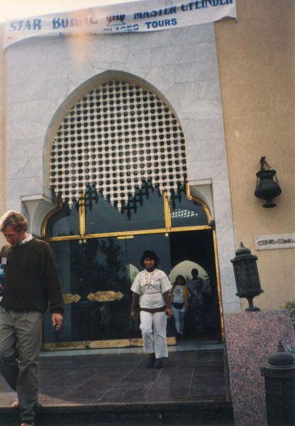 Anastra at the entrance to the Mena House.