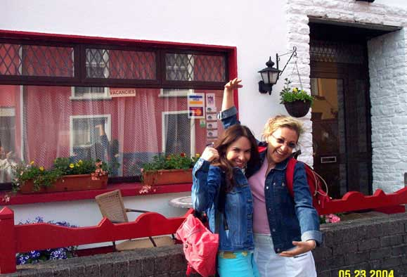 Yolanda from Mexico explores the town of Dingle with Dora from Costa Rica.